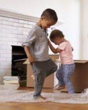 Položte bublinkovou folii na zem  a nechte po ní děti bosou nohou šlapat.