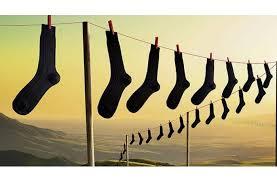 Na šňůře visí mnoho černých ponožek. Kdo je bude asi skládat...